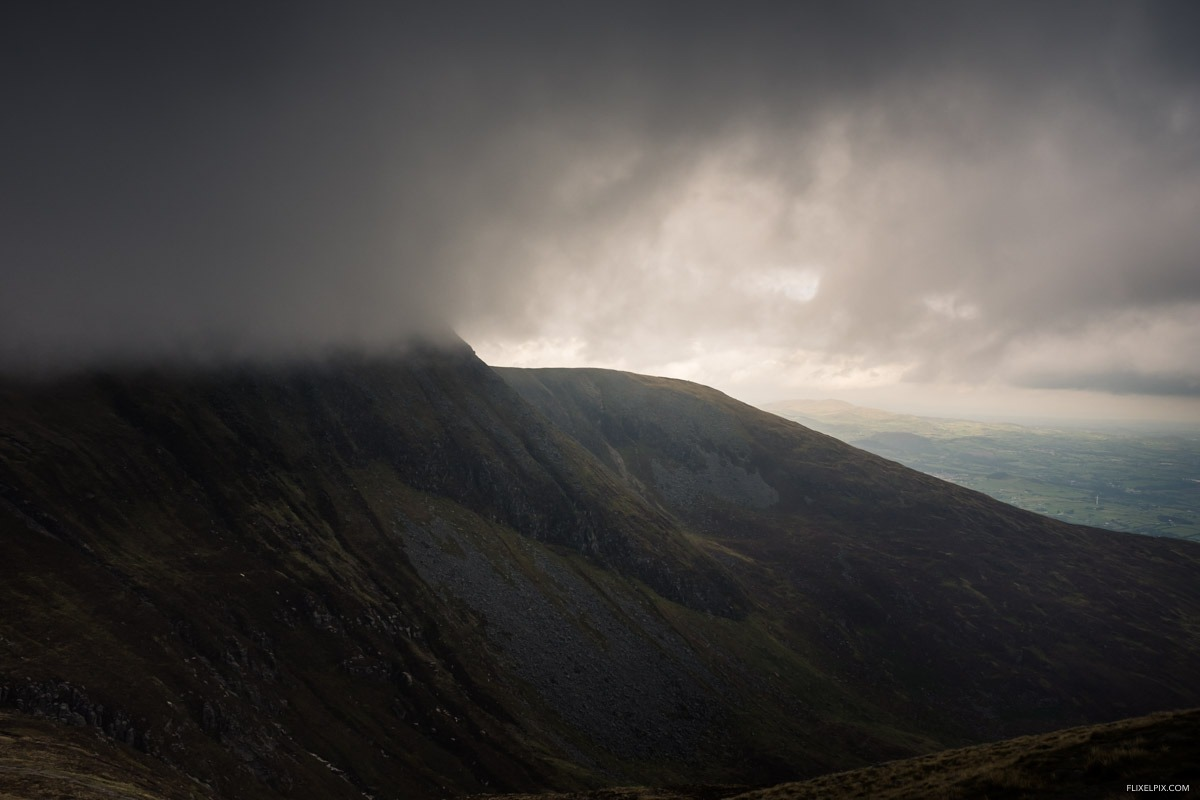 The clouds come down over the saddle on the way to Donard.
